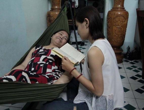 Bạn Thùy Dương trong một lần đọc sách văn học cho người cao tuổi.