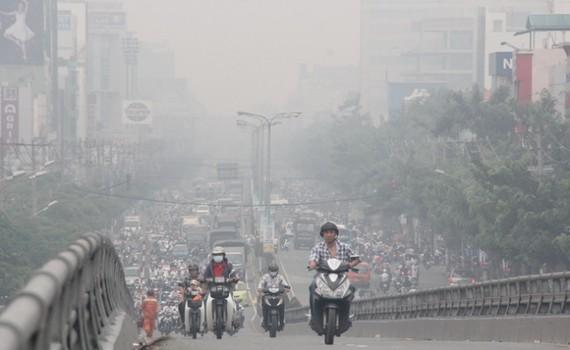 """""""Sống chung"""" với ô nhiễm không khí"""