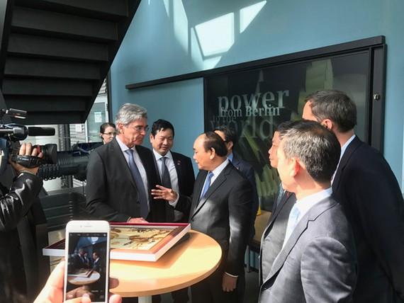 Thủ tướng Nguyễn Xuân Phúc tới thăm nhà máy sản xuất turbin khí của Tập đoàn Siemens