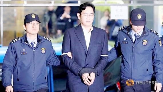 Hình ảnh Phó Chủ tịch Tập đoàn Samsung Lee Jae-yong bị còng tay là một cú sốc lớn đối với người dân Hàn Quốc