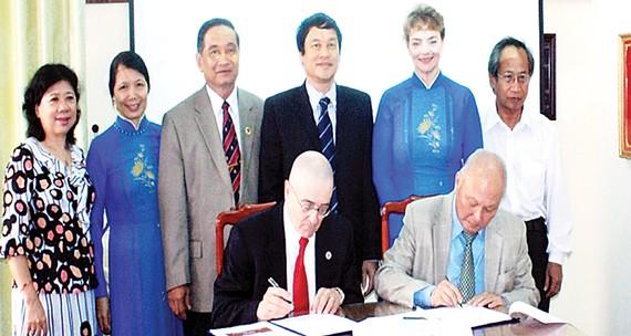 Ngày 02/6/2012, GS.TS Carroll - Hiệu trưởng Đại học Benedictine Hoa Kỳ và GS.VS Cao Văn Phường - Hiệu trưởng Đại học Bình Dương ký kết phụ lục tiếp tục chương trình đào tạo MBA liên kết