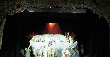 """Đêm 14-7 tại Cung Văn hóa Quốc gia ở thủ đô Viêng Chăn, Nghệ sỹ ưu tú Hongnakhon Thumphala (Lào) xây dựng kịch bản và công diễn vở kịch """"Chung một chiến hào"""". Vở kịch dựa trên những câu chuyện có thật về cuộc sống, chiến đấu của bộ đội tình nguyện Việt Na"""