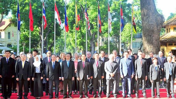Thứ trưởng Thường trực Bộ Ngoại giao Bùi Thanh Sơn và Đại sứ các nước ASEAN, các tổ chức quốc tế tại Việt Nam tham dự lễ Thượng cờ ASEAN tại Hà Nội