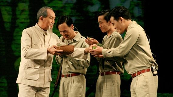 NSƯT Thanh Điền với vai diễn hình tượng Bác Hồ trong vở kịch Dấu xưa  