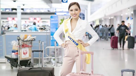 Hoàng Thu Thảo tại sân bay Tân Sơn Nhất