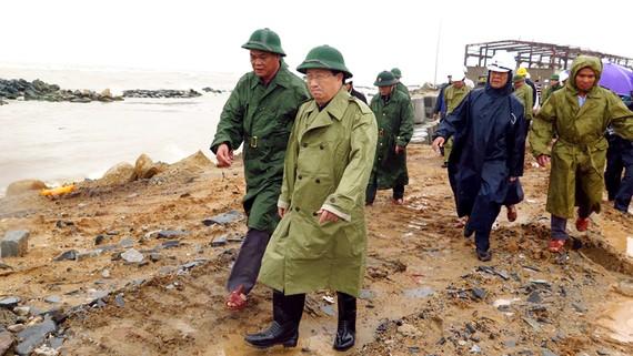 Phó Thủ tướng Chính phủ Trịnh Đình Dũng đã đến khu vực đang xây dựng kè xóm Rớ giai đoạn 2 (thành phố Tuy Hòa) để kiểm tra thực tế tình trạng triều cường, xâm thực