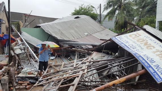 Nhiều nhà đã bị sập hoàn toàn. Ảnh: VĂN NGỌC