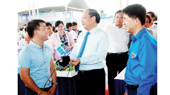 Đồng chí Tất Thành Cang trao đổi với sinh viên tại ngày hội