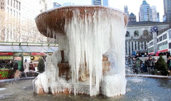 Đài phun nước bị đóng băng trong Công viên Bryant ở TP New York, Mỹ, ngày 28-12-2017. Ảnh: AP