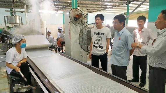 Kiểm tra an toàn thực phẩm tại cơ sở sản xuất bánh tráng Thành Danh. Ảnh: THANH HẢI