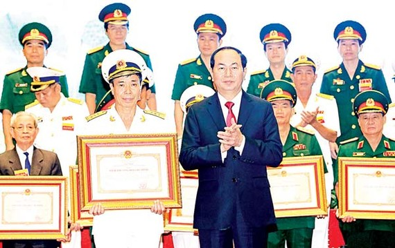 Chủ tịch nước Trần Đại Quang trao giải thưởng cho các tác giả,  đồng tác giả có công trình xuất sắc trong lĩnh vực quốc phòng