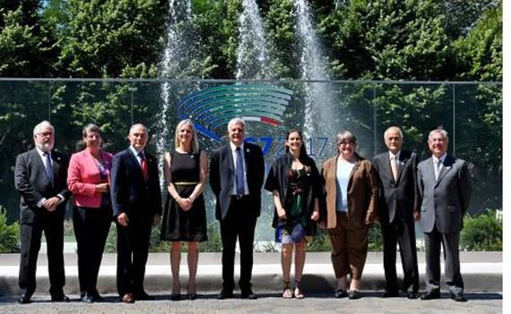 Quan chức môi trường EU và bộ trưởng môi trường G7 chụp ảnh lưu niệm tại Italy ngày 11-6