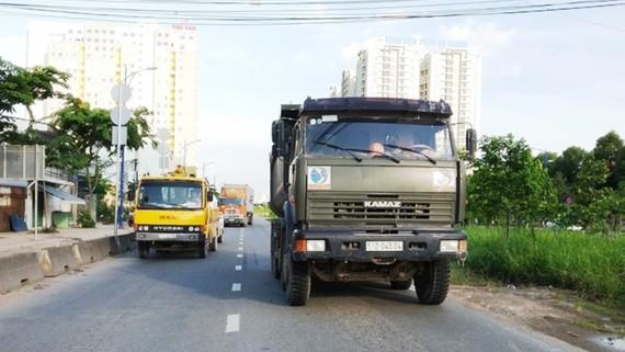Xe ben do tài xế (khoảng 45 tuổi) điều khiển mang BKS : 51D-450.04