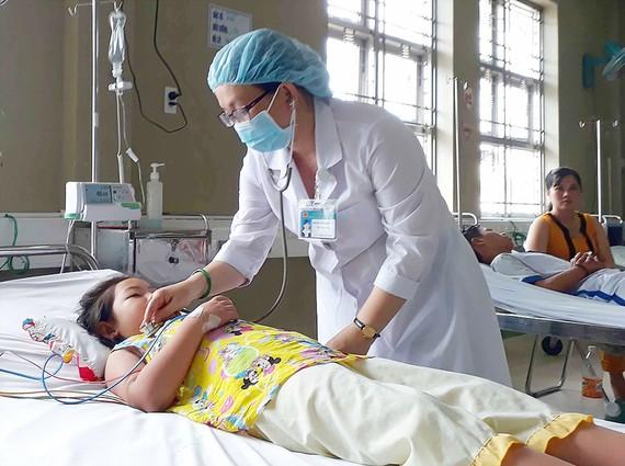 Trẻ mắc bệnh sốt xuất huyết đang điều trị tại Khoa Hồi sức tích cực và chống độc Nhi  Bệnh viện Sản-nhi Cà Mau         Ảnh: NGỌC CHÁNH