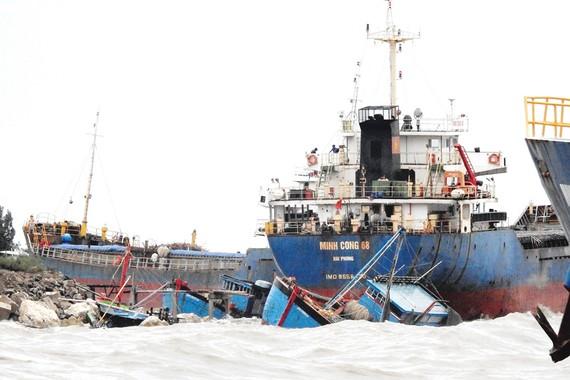 Tàu cá ngư dân và tàu hàng tại cảng Hòn La (Quảng Bình) bị sóng đánh dạt vào bờ                                                                                          Ảnh: MINH PHONG