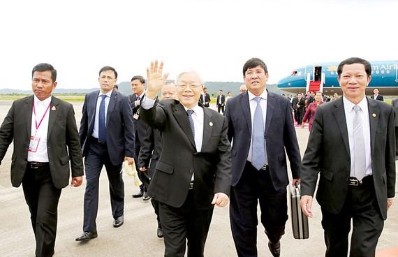 Tổng Bí thư Nguyễn Phú Trọng vẫy chào nhân dân tỉnh Preah Sihanouk dự lễ tiễn tại sân bay quốc tế Sihanouk, Campuchia