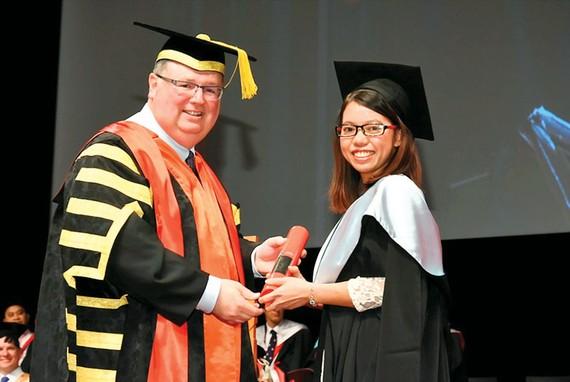 Hương trong ngày tốt nghiệp Thạc Sĩ Quản trị Kinh doanh tại Đại học Công nghệ Swinburne