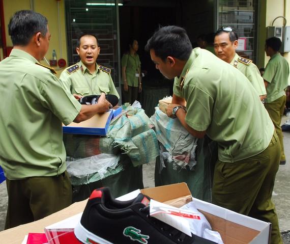 Lực lượng Quản lý thị trường TPHCM kiểm tra một kho hàng vi phạm