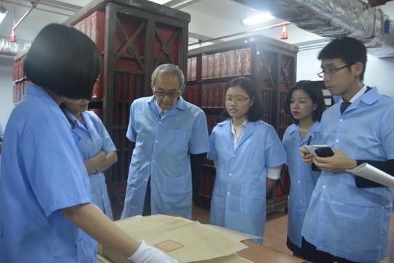 Đoàn đại biểu Lưu trữ Quốc gia Nhật Bản tham quan kho tài liệu Hán Nôm. Ảnh TTLTQG1