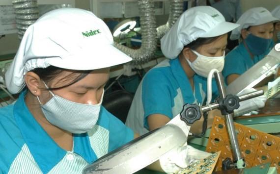 Sản xuất linh kiện điện tử tại Công ty Nidec trong Khu công nghệ cao TPHCM. Ảnh: Cao Thăng