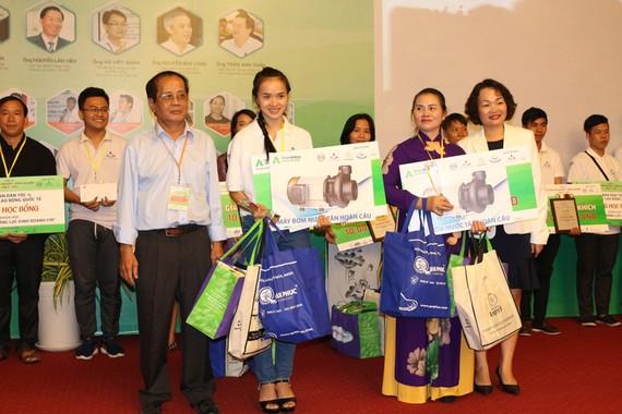 Ban giám khảo trao giải thưởng cho các thí sinh đoạt giải   Ảnh: Quỳnh Trần