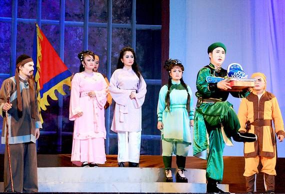 Các diễn viên trẻ Nhà hát Nghệ thuật hát bội trong vở Tiếng hát nàng Huyền Cơ