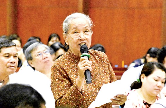 Các cử tri góp ý tại buổi tiếp xúc cử tri của các ĐBQH TPHCM ngày 5-5