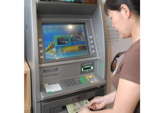 Rút tiền tại ATM. Ảnh: CAO THĂNG