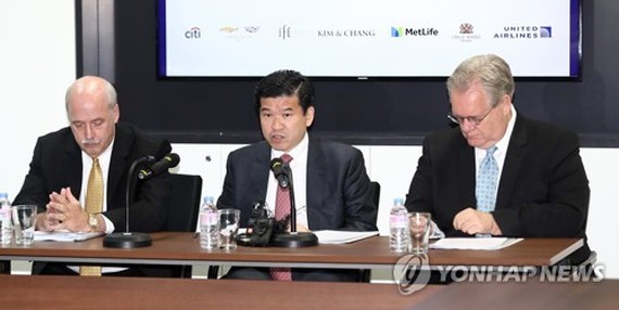 From left is David Ruch, former head of the American Chamber of Commerce; James Kim, chairman of the American Chamber of Commerce and CEO of GM Korea; and Jeffrey Jones, former chairman of the American Chamber of Commerce. (Yonhap)