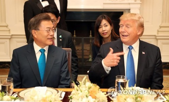 South Korean President Moon Jae-in (L) attends a dinner hosted by his U.S. counterpart Donald Trump at the White House on June 29, 2017. (Yonhap)