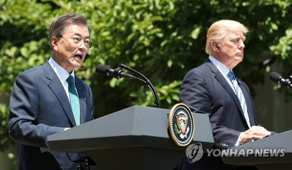 South Korean President Moon Jae-in (L) holds a joint press briefing with his U.S. counterpart Donald Trump at the White House on June 30, 2017. (Yonhap)