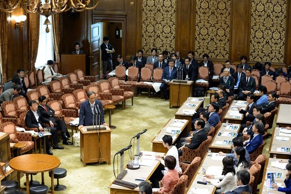 Japanese Chief Cabinet Secretary Yoshihide Suga (central, front) speaks at the parliament in Tokyo, Japan, on Monday. VNS