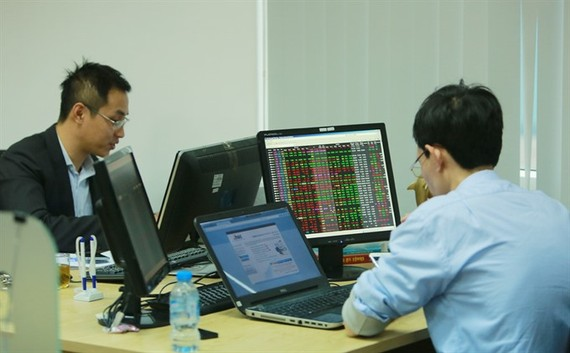 Investors at MBS Securities in Hà Nội. - VNS Photo Trương Vi