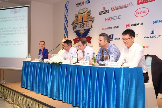 At the press meeting -Photo: K.L