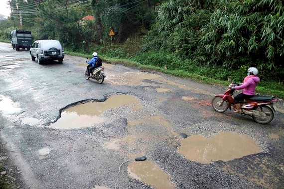 Lam Dong spends VND 550mln to repair Mimosa Mountain Pass's road surfaces