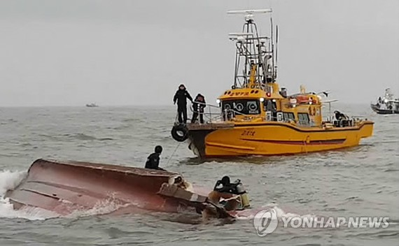 Coast Guard officials conduct rescue operations in waters near Yeongheung Island in the Yellow Sea on Dec. 3, 3017, in this photo provided by the Korea Coast Guard. (Yonhap)