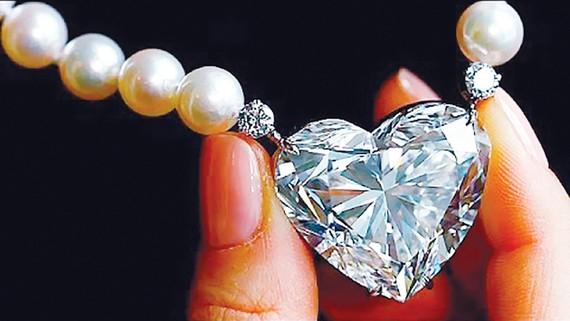 Gần 15 triệu USD cho viên kim cương hình tim lớn nhất thế giới