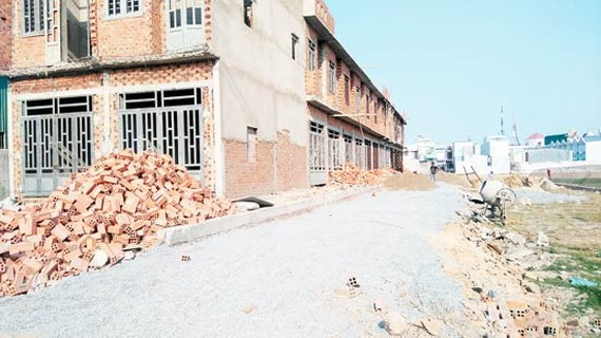 Một khu đất thuộc huyện Hóc Môn không bảo đảm yêu cầu hạ tầng kỹ thuật nhưng vẫn phân lô bán nền, xây dựng nhà ở. Ảnh tư liệu