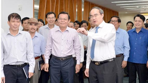 Bí thư Thành ủy TPHCM Nguyễn Thiện Nhân tham quan tòa soạn Báo SGGP. Ảnh: VIỆT DŨNG