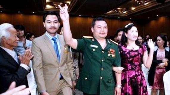 Chủ tịch HĐQT Công ty Liên Kết Việt - Lê Xuân Giang mặc quân phục trong một buổi giới thiệu bán hàng đa cấp