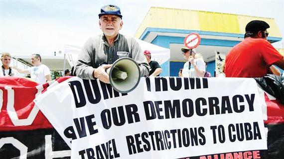 Người Mỹ biểu tình phản đối chính sách mới của ông Donald Trump với Cuba. Ảnh: NBC