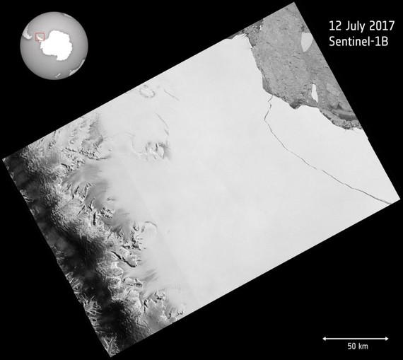 Hình ảnh vệ tinh ESA ngày 12-7-2017 cho thấy tảng băng trôi 1.000 tỷ tấn đã tách khỏi thềm băng Larsen C ở Nam cực
