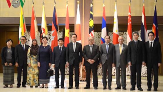 Bộ trưởng Ngoại giao Nhật Bản Fumio Kishida gặp gỡ Đại sứ các nước Đông Nam Á. Nguồn: VOV