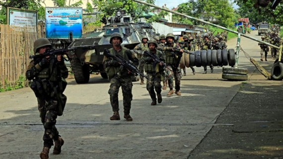 Binh sĩ quân đội Philippines tấn công một khu vực ở Marawi
