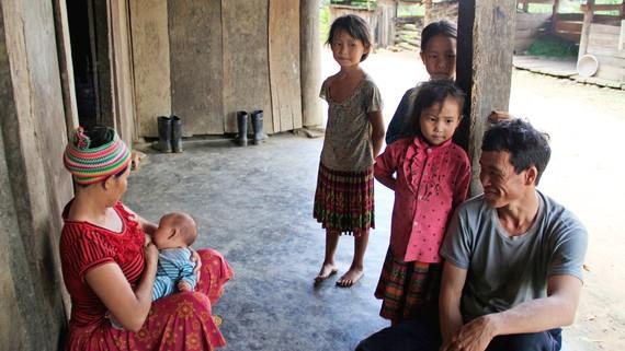 Mới ngoài 30 tuổi nhưng vợ chồng anh Chá và chị Cở có đến 7 cô con gái