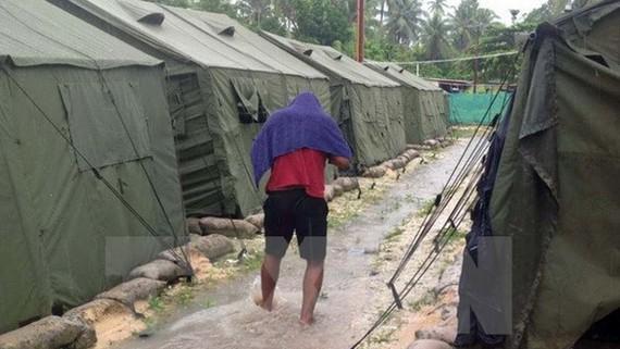 Các lán trại tại trung tâm giam giữ người tị nạn trên đảo Manus, Papua New Guinea. Ảnh: TTXVN