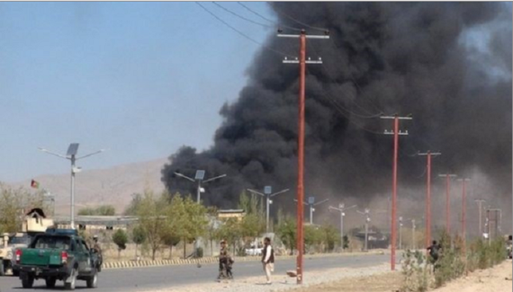 Khói bốc lên từ hiện trường một vụ tấn công vào trung tâm huấn luyện cảnh sát tại  ở khu vực Gardez. Ảnh: REUTERS