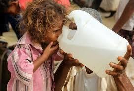 Trẻ em sử dụng nước giếng bẩn trong bối cảnh thiếu nước trầm trọng ở Yemen. Ảnh: DIGITAL JOURNAL