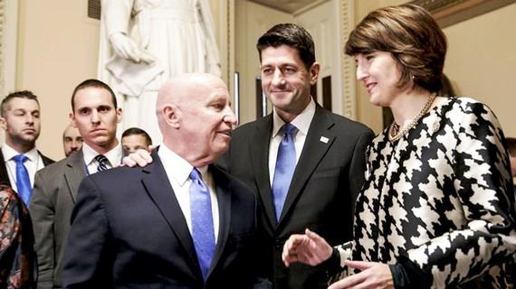 Các nghị sĩ thuộc đảng Cộng hòa trao đổi sau phiên bỏ phiếu tại Hạ viện