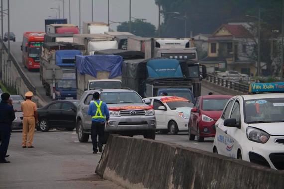 Quốc lộ 1A khu vực cầu Bến Thủy bị ách tắc do người dân tập trung ô tô phản đối trạm thu phí BOT Bến Thủy